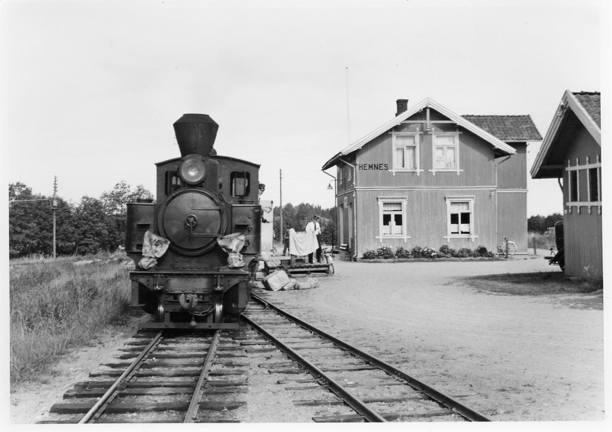 Lok 4 Setskogen avventer avgang fra Hemnes stasjon. Stykkgods/reisegods losses fra toget.