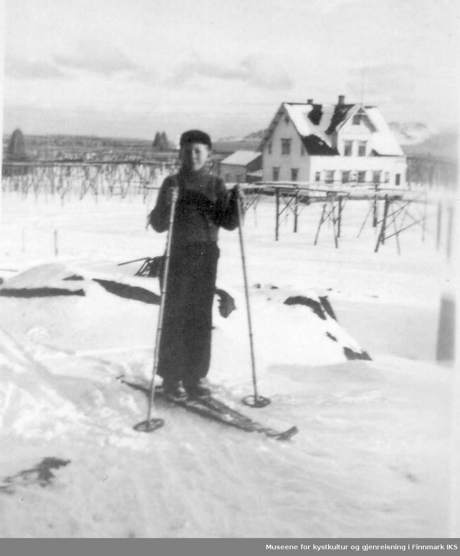 """Terje Daldorff på ski.  I bakgrunn er det fiskehjeller og Berlin-huset. Margido Berlin bygget huset på eiendommen """"Bjørneborg"""" ca 1927/28."""