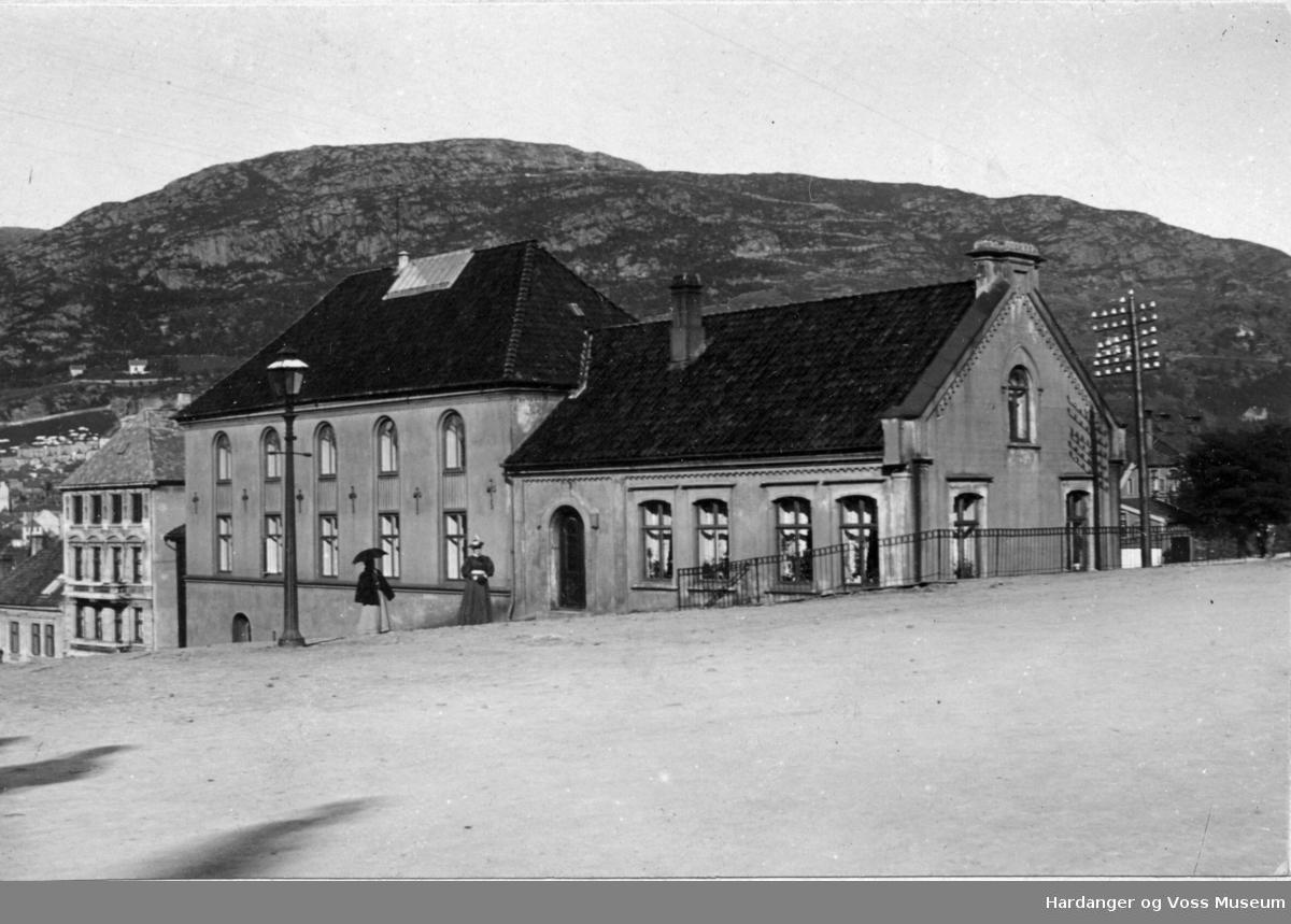 Gate i Bergen med to bydamer på spasertur