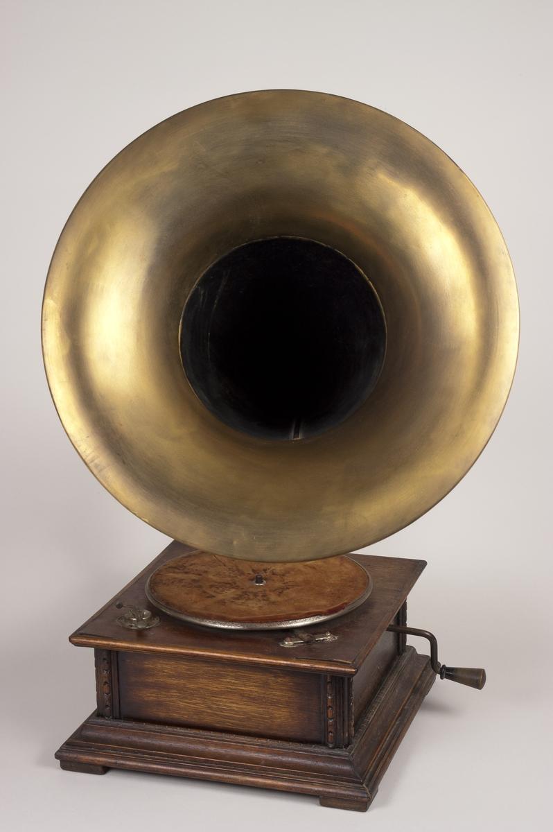 Mekanisk grammofon med sveiv og trakt i messing.