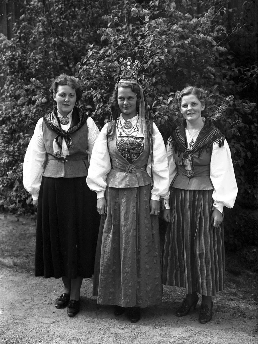 Tre kvinner i bunad