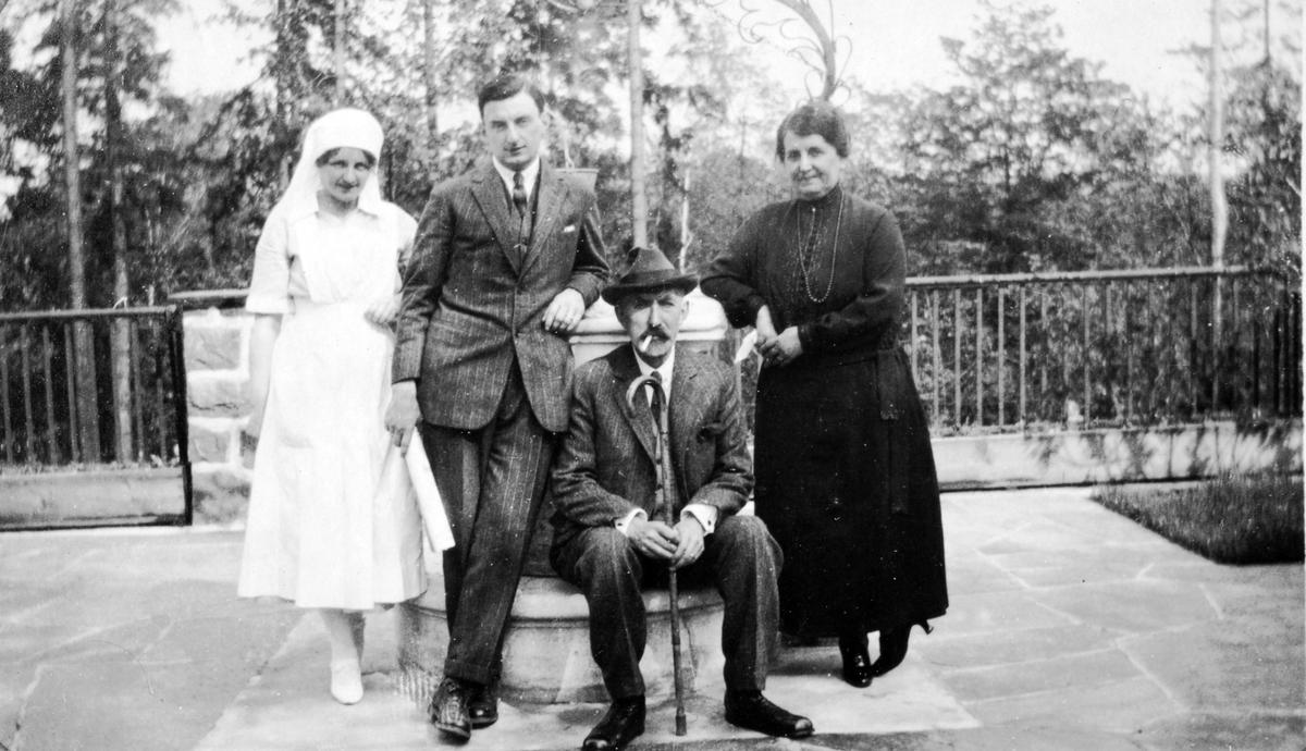 Wilhelm A. og Eugenie Thams med yngste sønn Wilhelm August og en sykepleier.