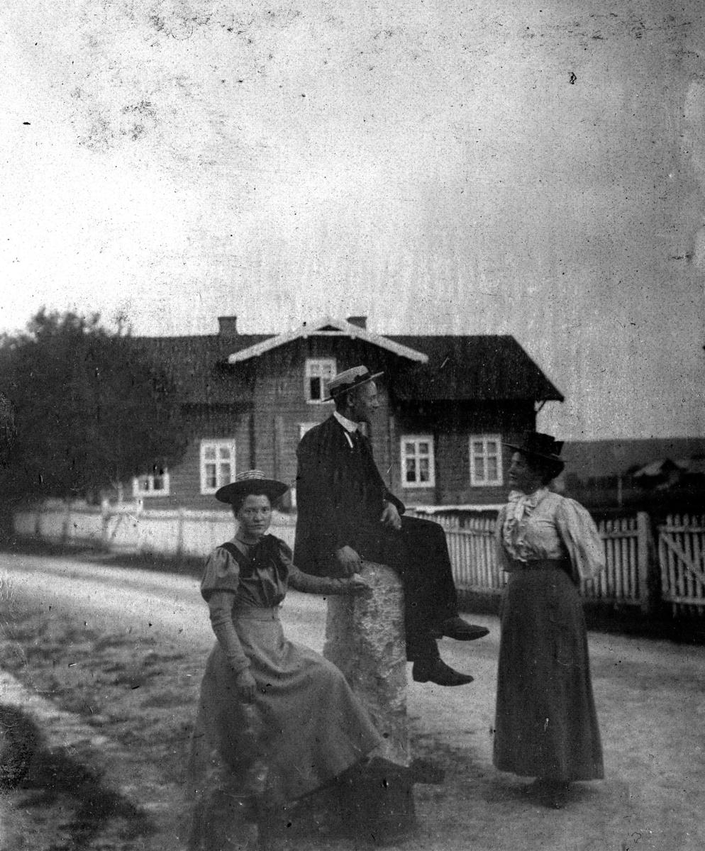 Mann og to kvinner