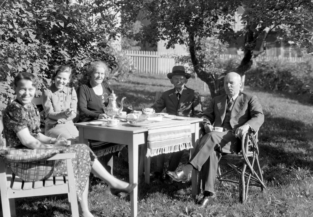 Statsråd Christian Fredrik Monsen (27. 04. 1874 - 31. 01. 1954) th. Norsk politiker for AP, stortingsrepresentant fra 1922 til 1949, stortingspresident 1945 til 1948 og forsvarsminister i tre perioder. Fru Monsen sitter i midten.  Familiegruppe i hagen.