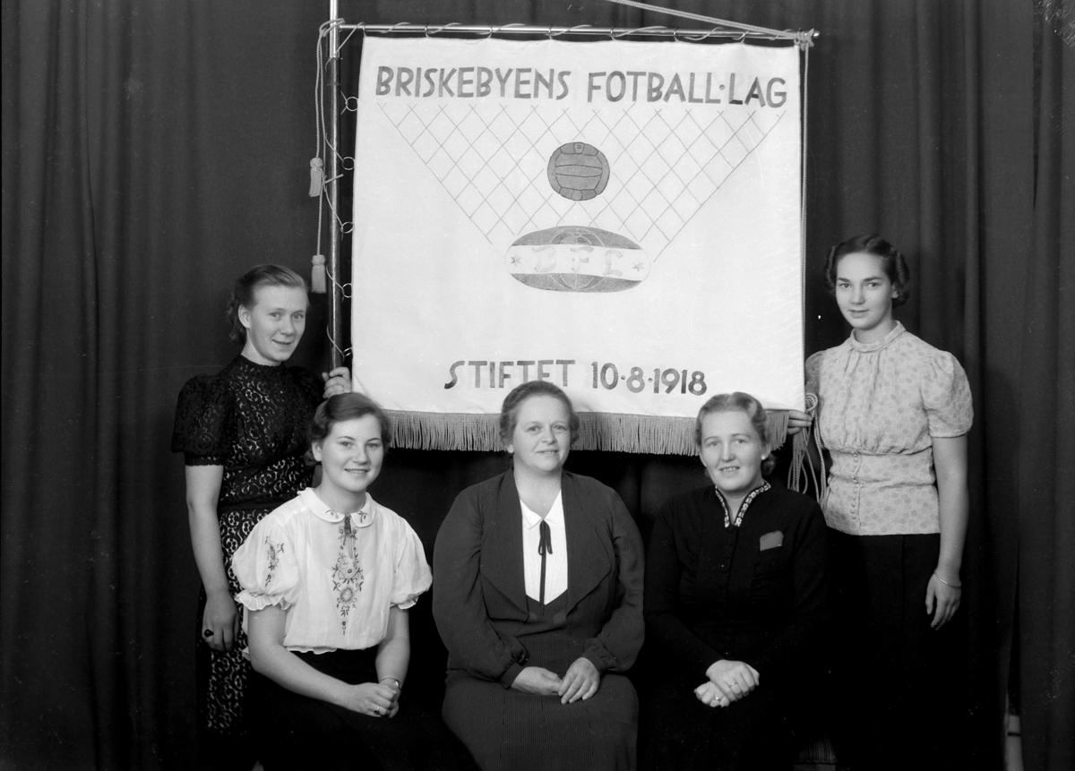 Briskebyen fotball-lag. Damegruppe, m/ fane.  Stiftet 10. 08. 1918. Hamar.