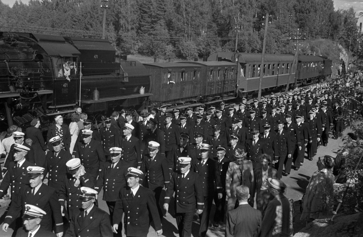 JERNBANENS DAG 12. JUNI 1949. OPPTOG LANGS NORDVIKVEIEN, JERNBANEFOLK I UNIFORM