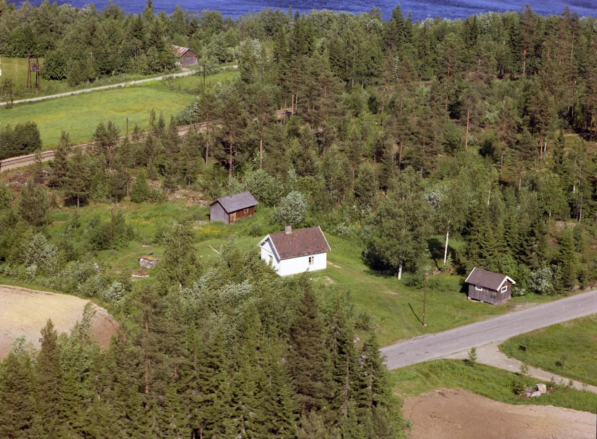 Ved Trondheimsveien (Rv 3), sør-vest for Torgerstuen skole.