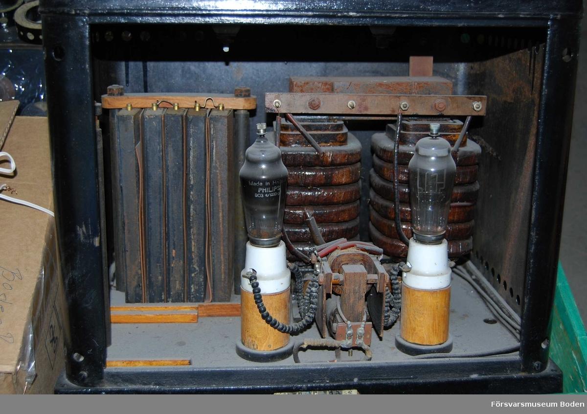 Med två rör och med isolatorer på toppen. Ledningarna till dessa bortklippta inuti.