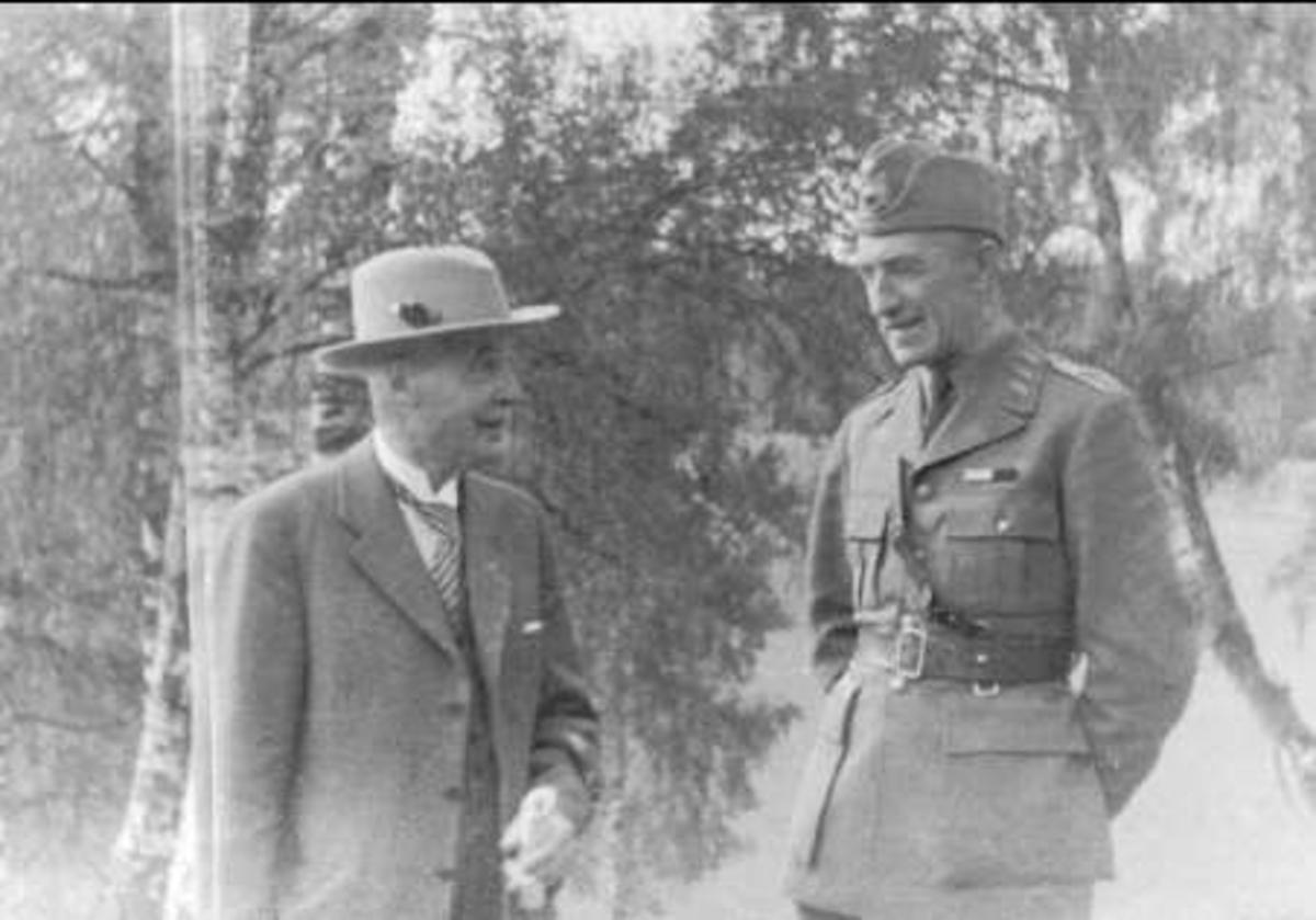 Militärbefälhavaren general Sven Colliander i samspråk med f.d. majoren vid Smålands husarer, sedermera akademistallmästaren Percy Hamilton. Båda mycket duktiga dressyrryttare.