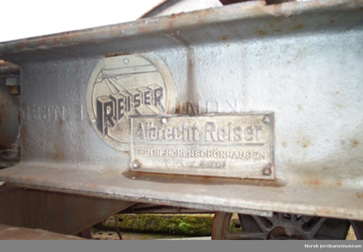 Fabrikkskilt fra tyskbygget plog brukt på Gardermosporet - snørydding av sporet