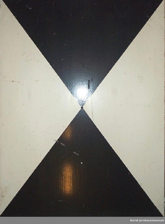 Signalskive med svarte og hvite trekanter : for forsignal