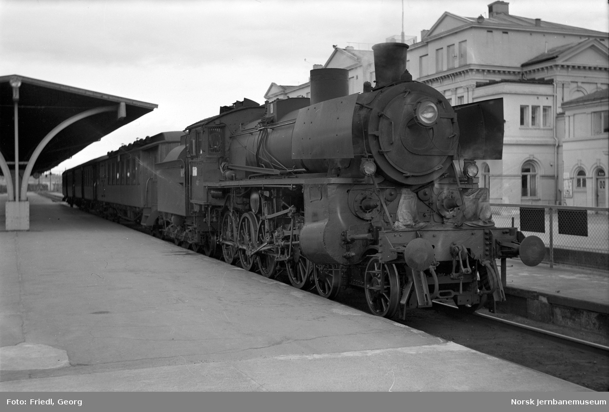 Damplokomotiv type 26c nr. 411 foran persontog til Støren på Trondheim stasjon