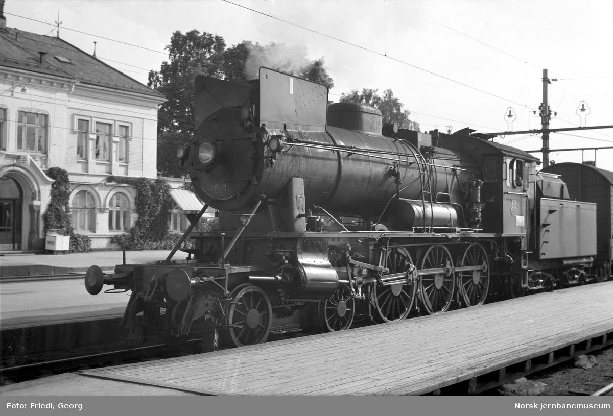 Damplokomotiv type 30a nr. 271 med persontog til Lillehammer på Hamar stasjon