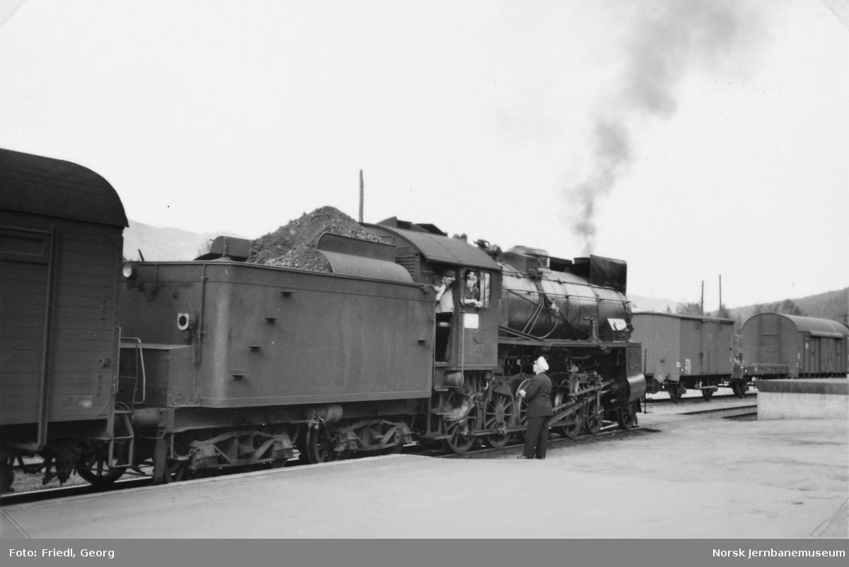 Damplokomotiv type 31b nr. 416 foran østgående daghurtigtog på Ål stasjon