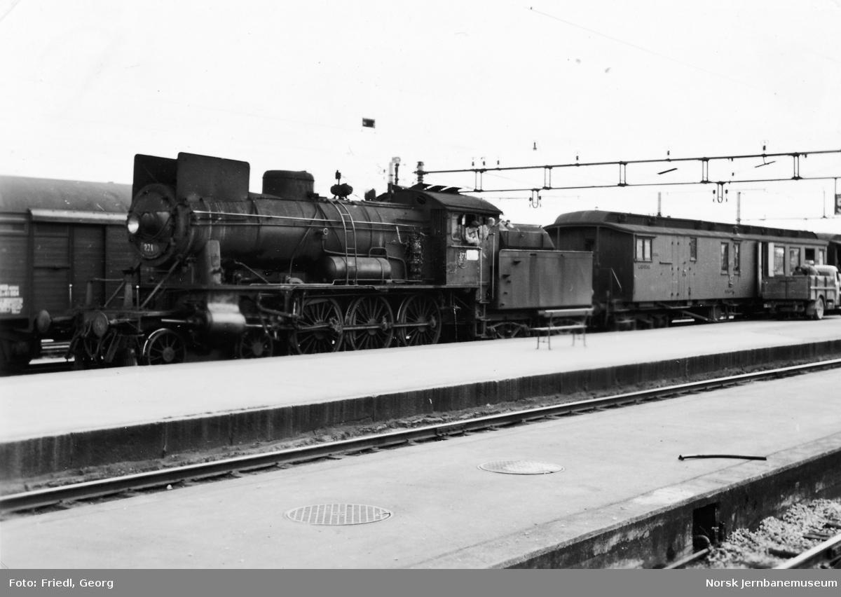 Damplokomotiv type 30a nr. 271 foran persontog fra Lillehammer på Hamar stasjon