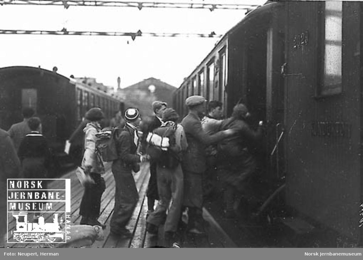 Reisende stiger ombord på et persontog på Østbanen i påsketrafikken