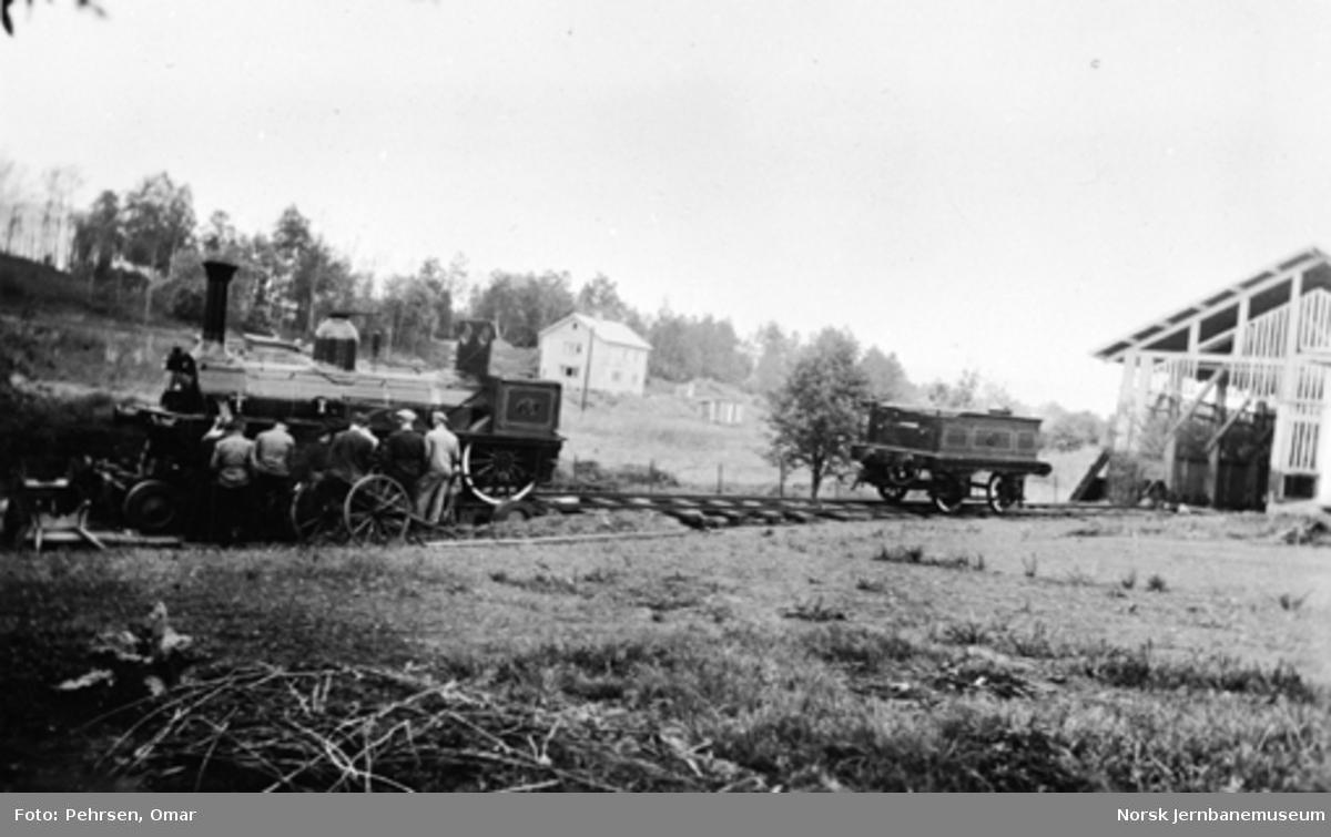 Damplokomotiv type 2a nr. 16 klargjøres for transport til Jernbanens Dag 1949