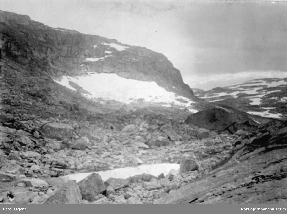 Utsikt fra Låghellervatn mot Finseskaret; banen inntegnet med tusj
