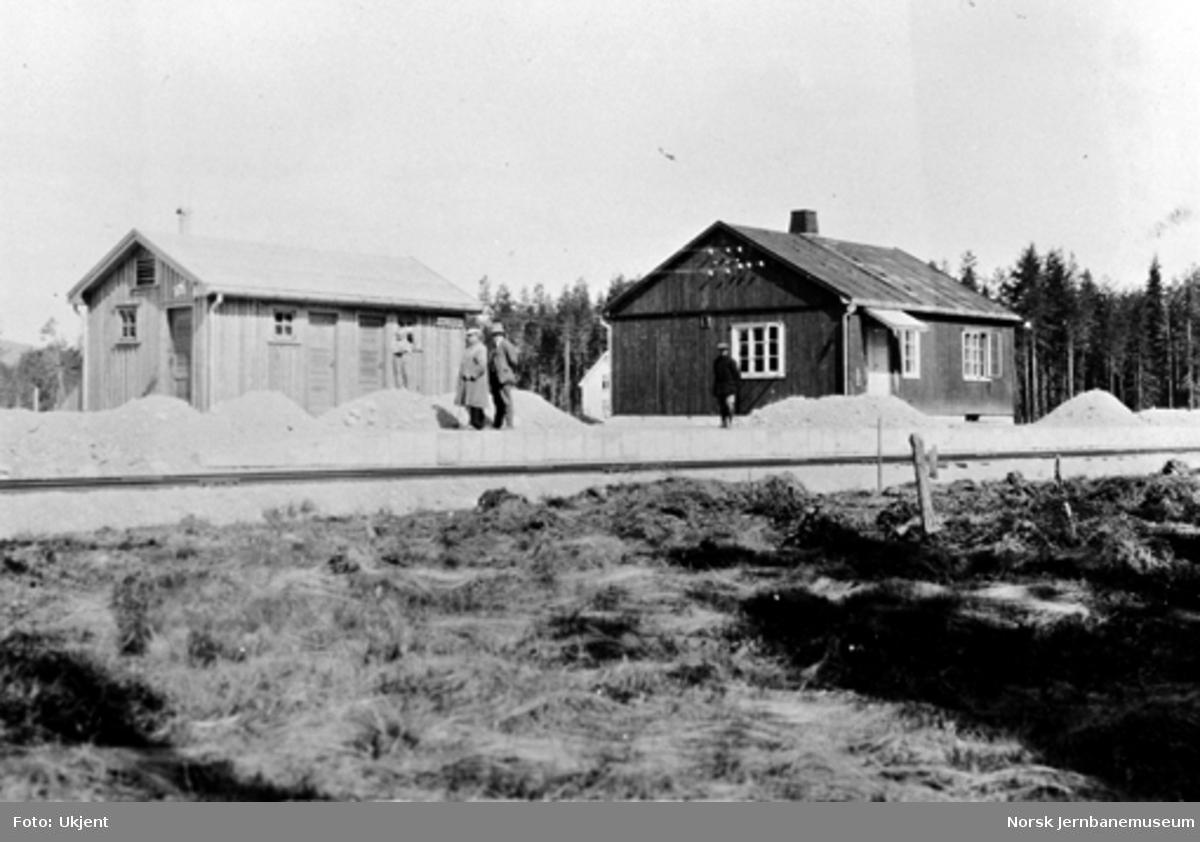Uthus og stasjonsbygningen (brakke) på Hallingby : ing. Fogth, Nyhus og sjåfør Tønjum på plattformen
