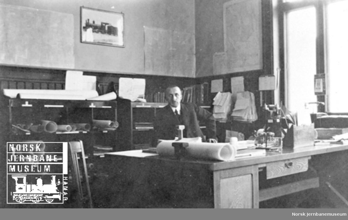 Avdelingsingeniør Julius F. Fogth ved sitt skrivebord