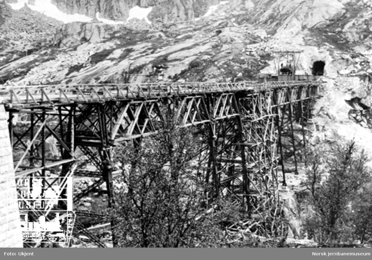 Norddalsbrua : Bærevaggene under montering