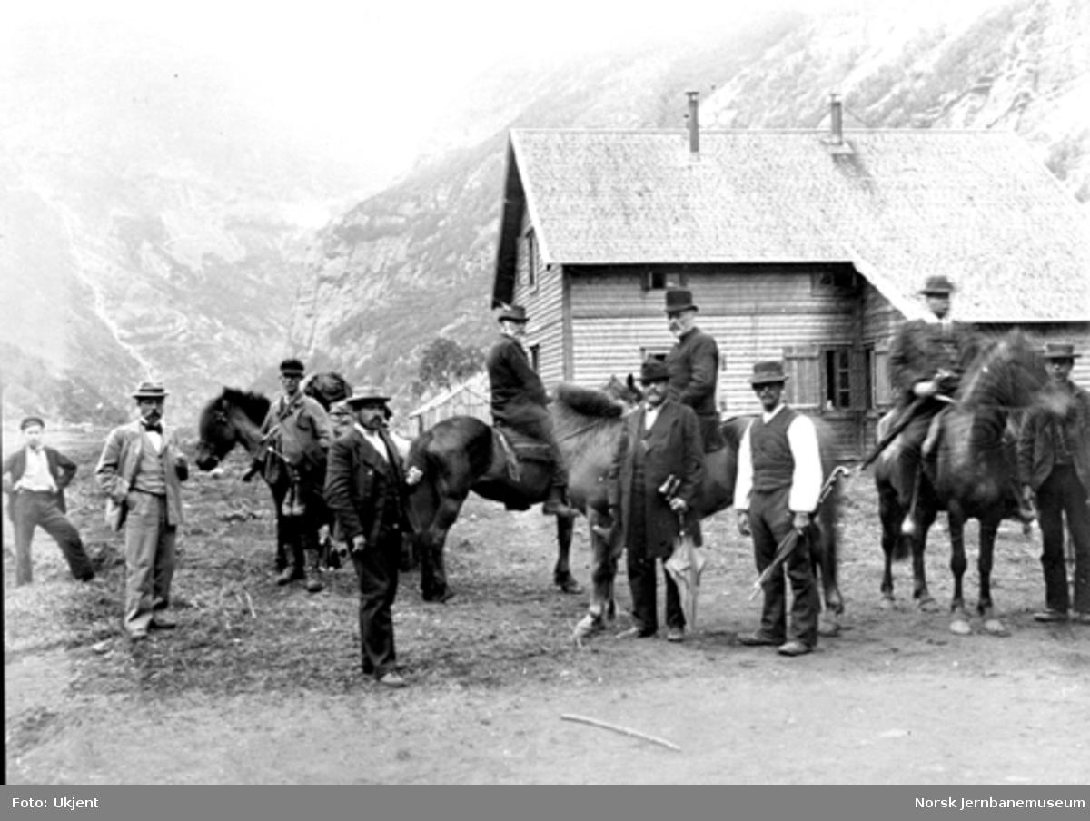 Bergensbanens anlegg; statsråd Nielsen og drifsbestyrer Melbye til hest ved brakke i Kårdal
