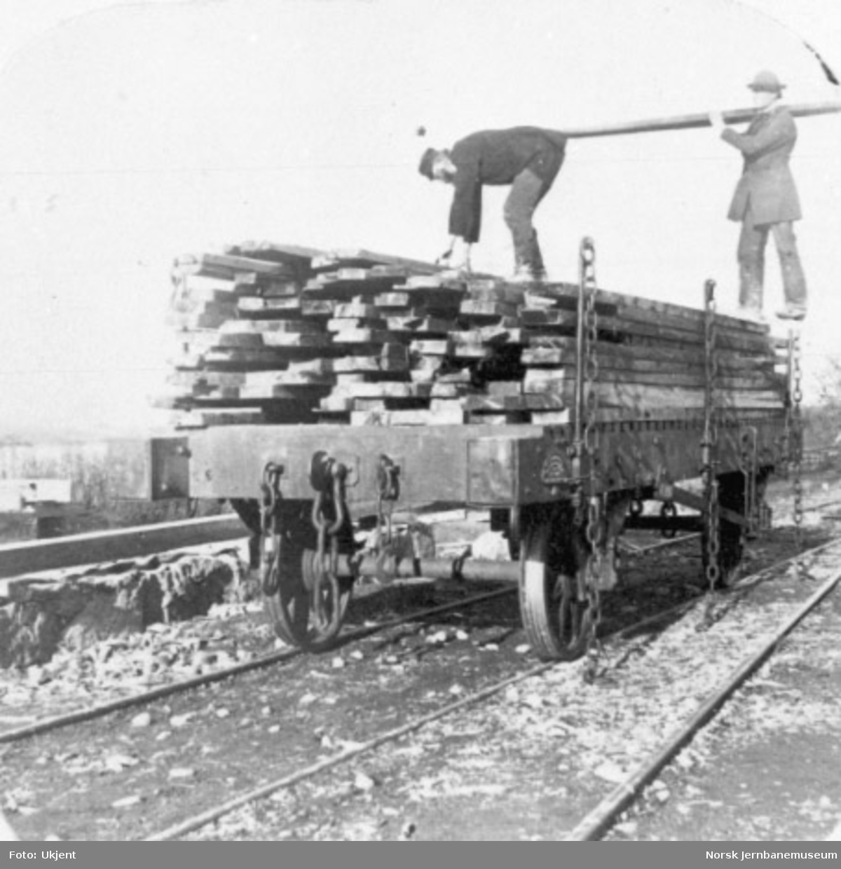 Opplastet plattformvogn med trelast på Kongsvingerbanen