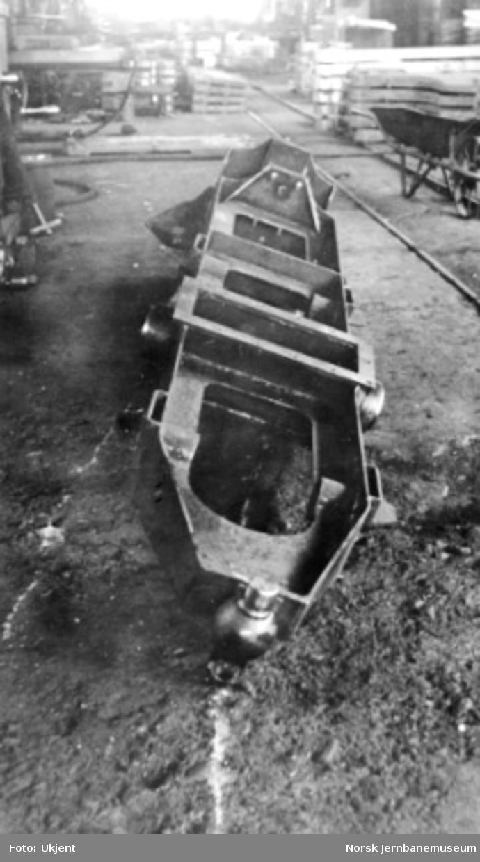 "Damplokomotiv type 49a ""Dovregubben"" under bygging; lokomotivramme"