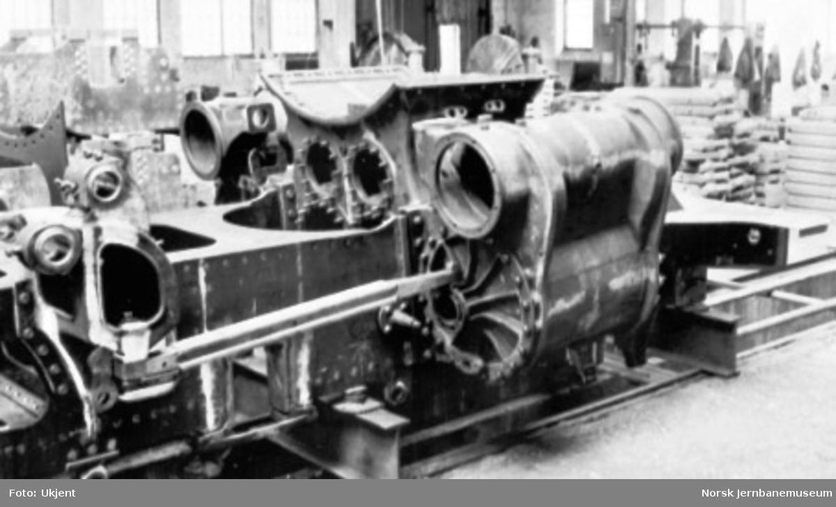 """Damplokomotiv type 49a """"Dovregubben"""" under bygging; fremre rammedel med sylinderblokk"""