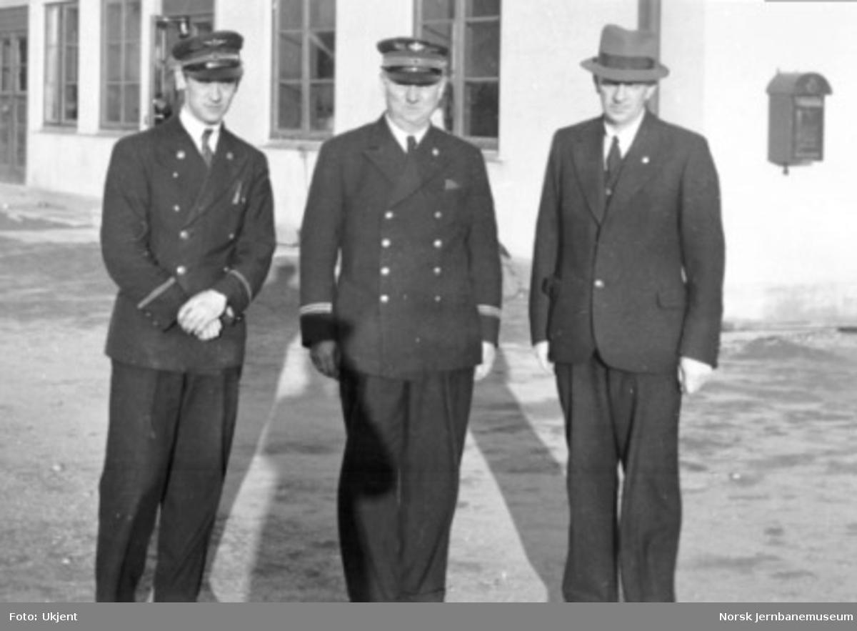 Gruppebilde av tre av personalet ved Mosjøen stasjon