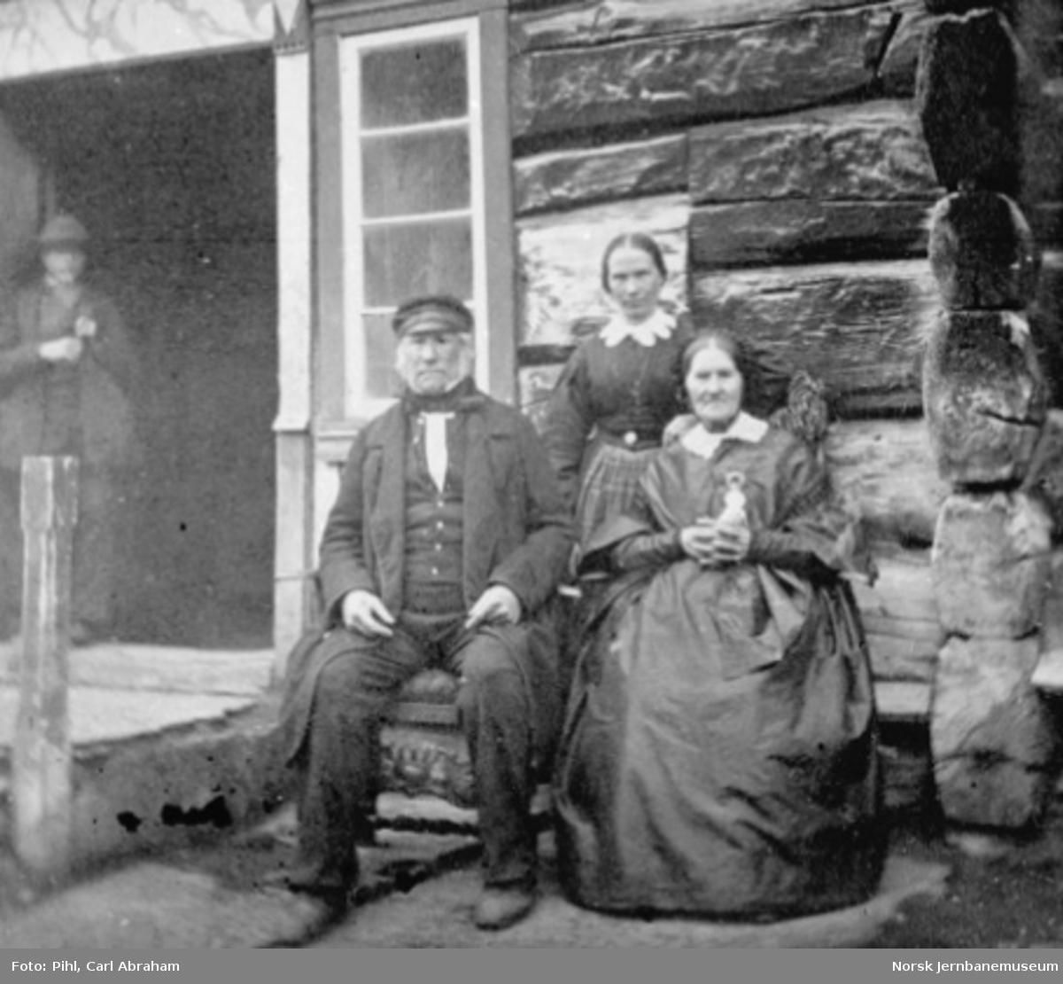 Engebret og Gunhild Drivstuen samt Mari Kolstad utenfor Drivstua fjellstue