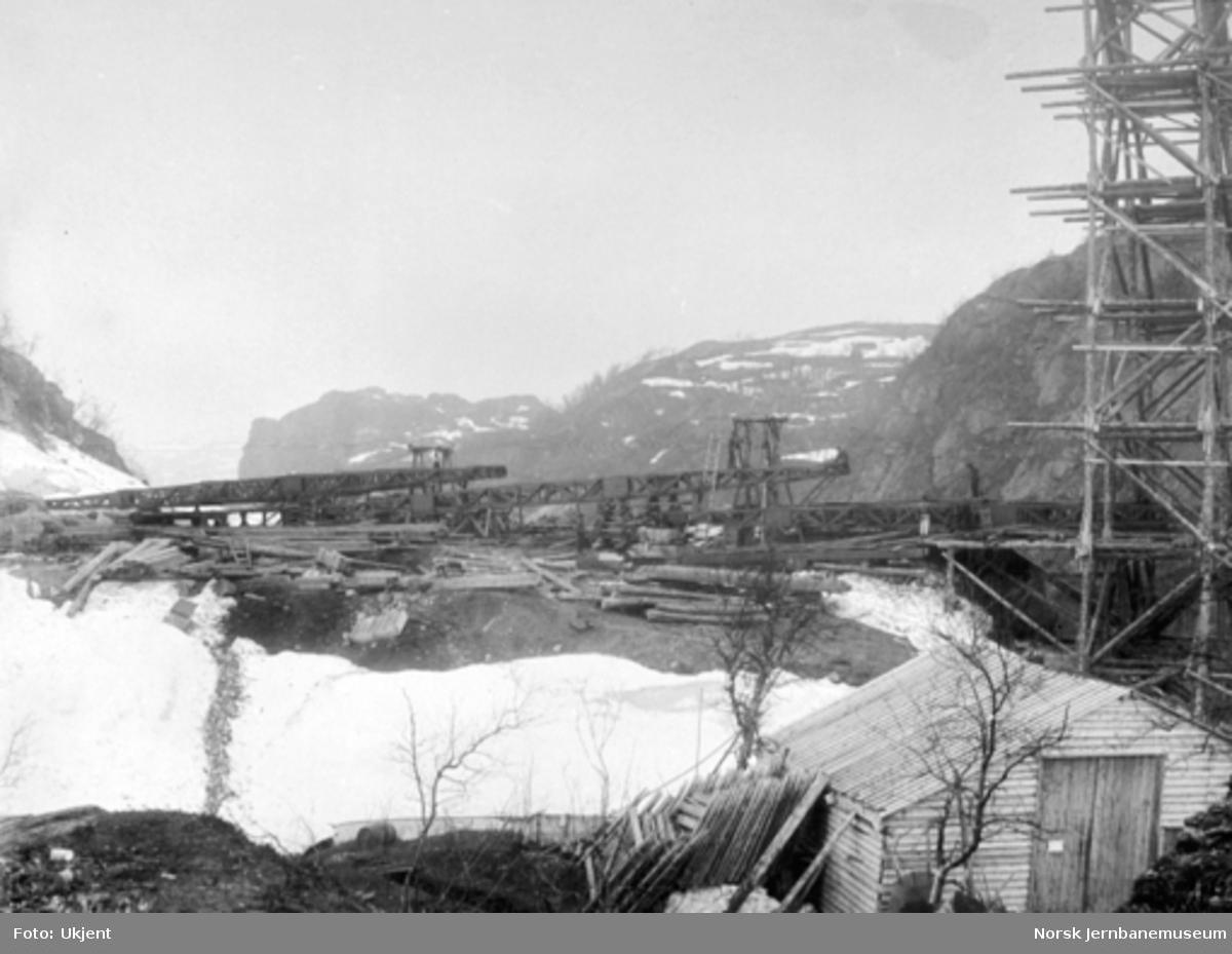 Byggingen av Norddalsbrua : 2., 3. og 4. pillar fra sør under montering og med midtstillaset til høyre, sett fra øst