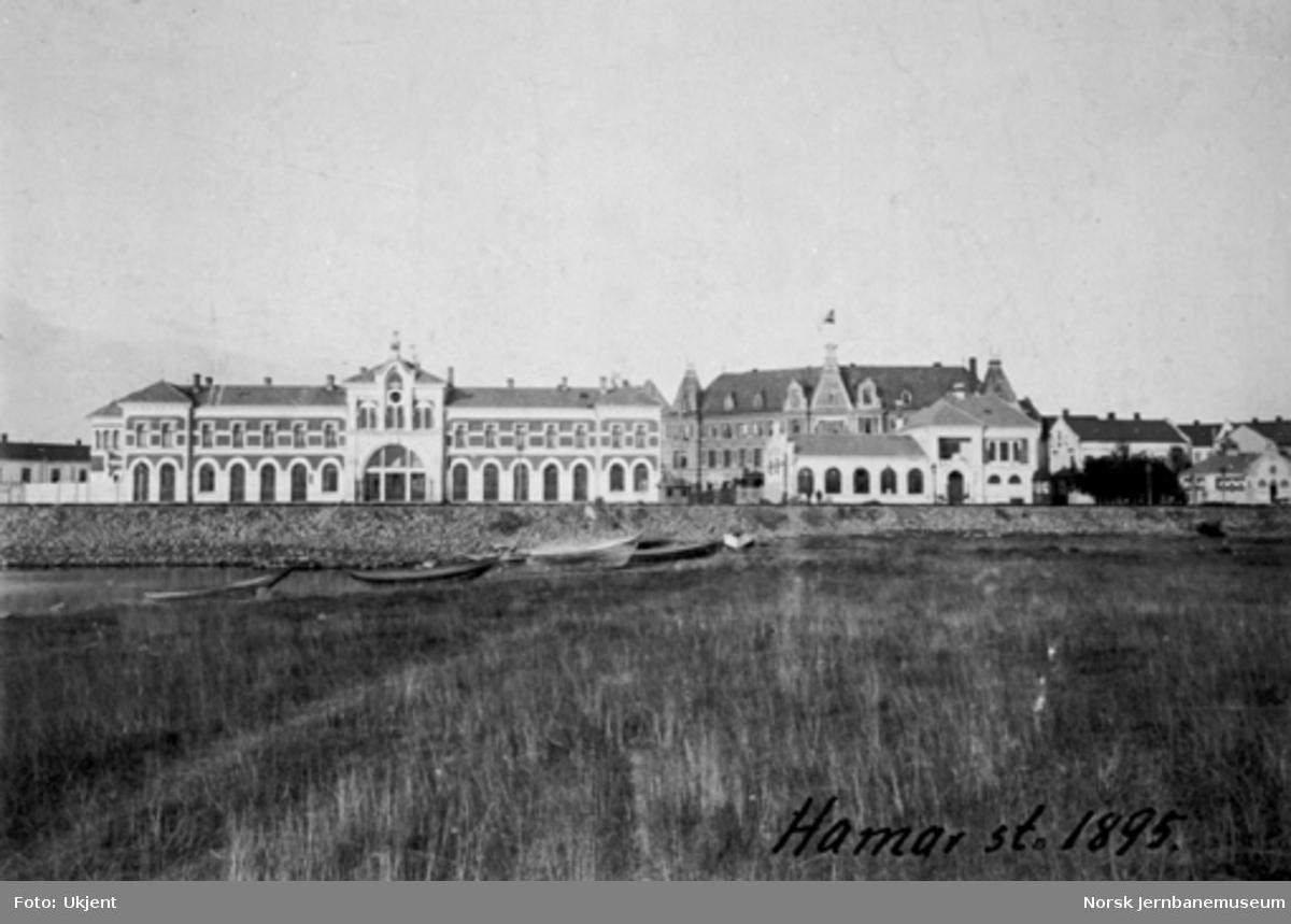 Hamar stasjonsbygning og restaurantbygning sett fra sjøsiden