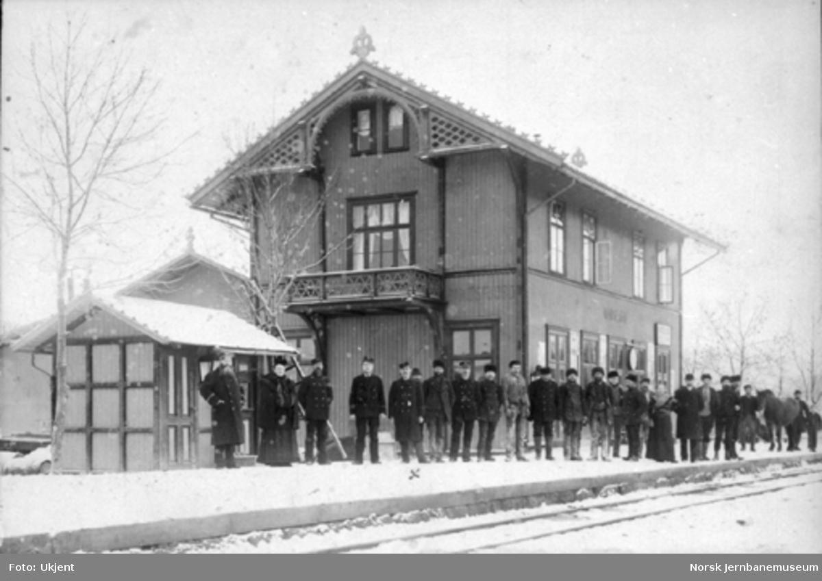 Personalet på Randsfjord stasjon oppstilt for fotografering foran stasjonsbygningen