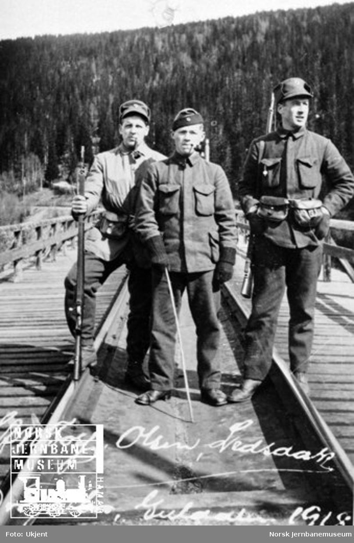 Tre militære på vakt på Drøia bru