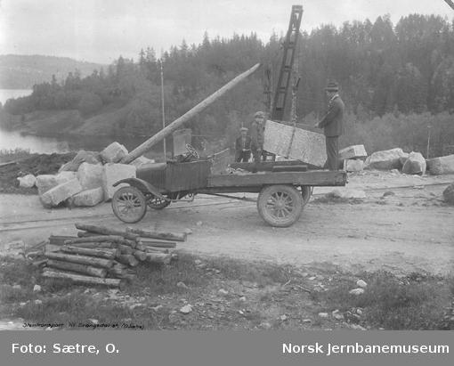Opplasting av stein til Drangedal stasjon på lastebil