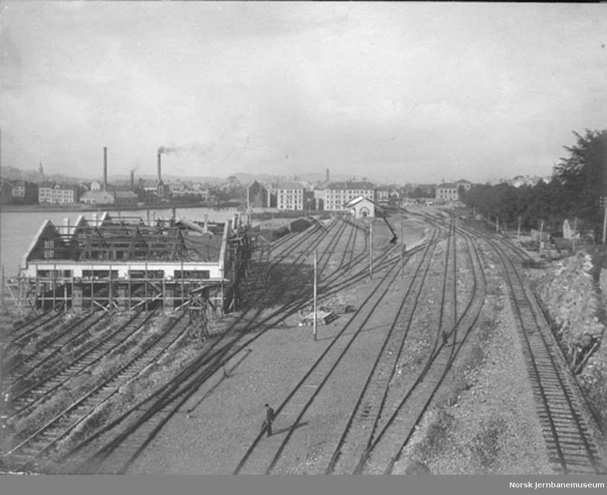 Bergen stasjon under utbygging, lokomotivstallen under bygging. Godshus og diverse sporforbindelser er tegnet inn med tusj.