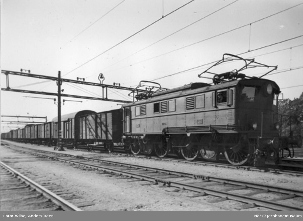 Elektrisk lokomotiv El 5 nr. 2035 med godstog