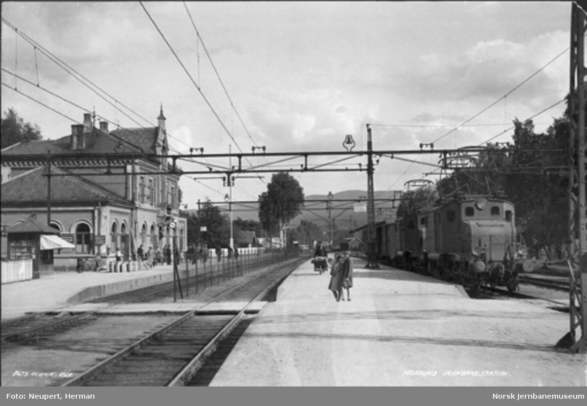 Hokksund stasjon med to El 1-lokomotiver foran et kort tog i spor 3