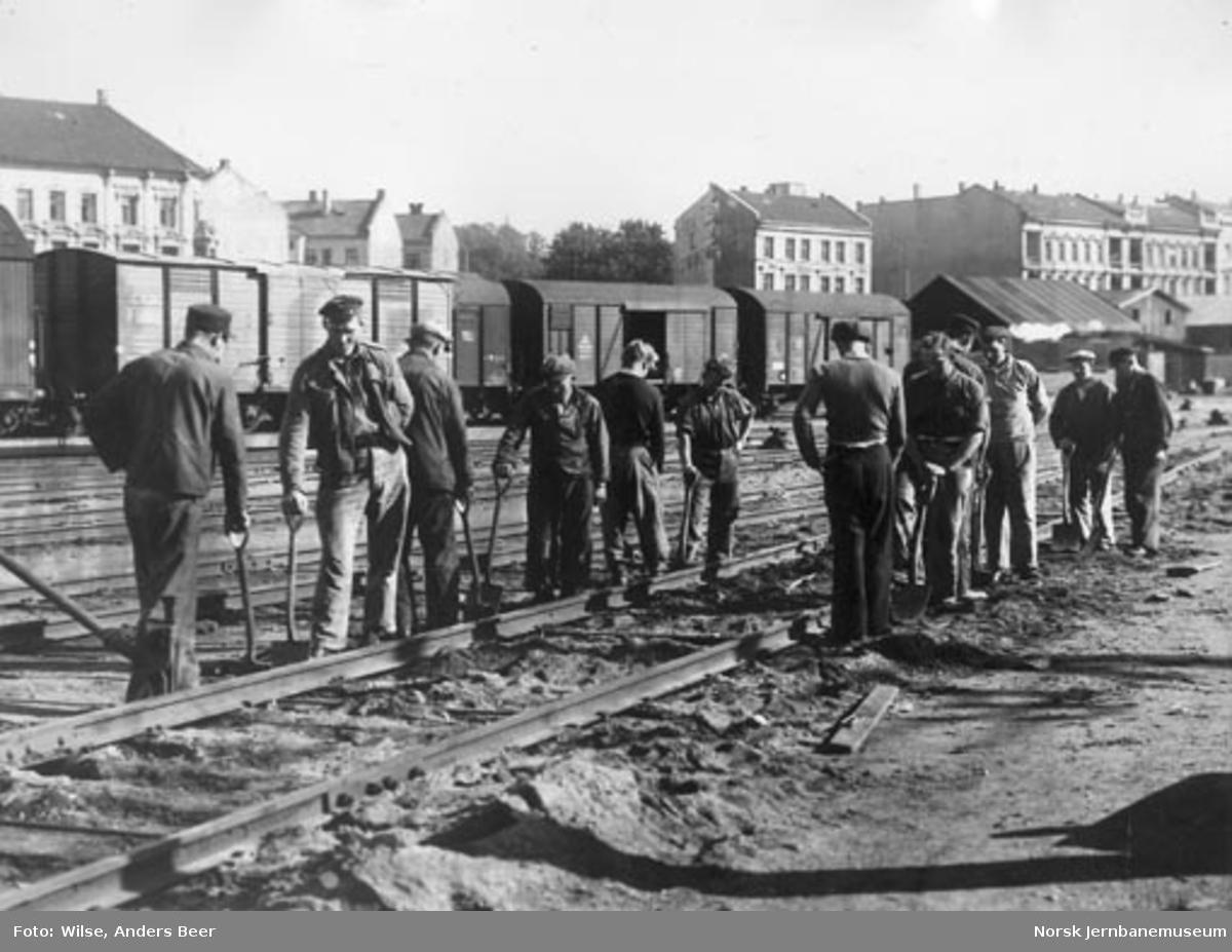 Banemannskaper pakker spor på Oslo Østbanestasjon