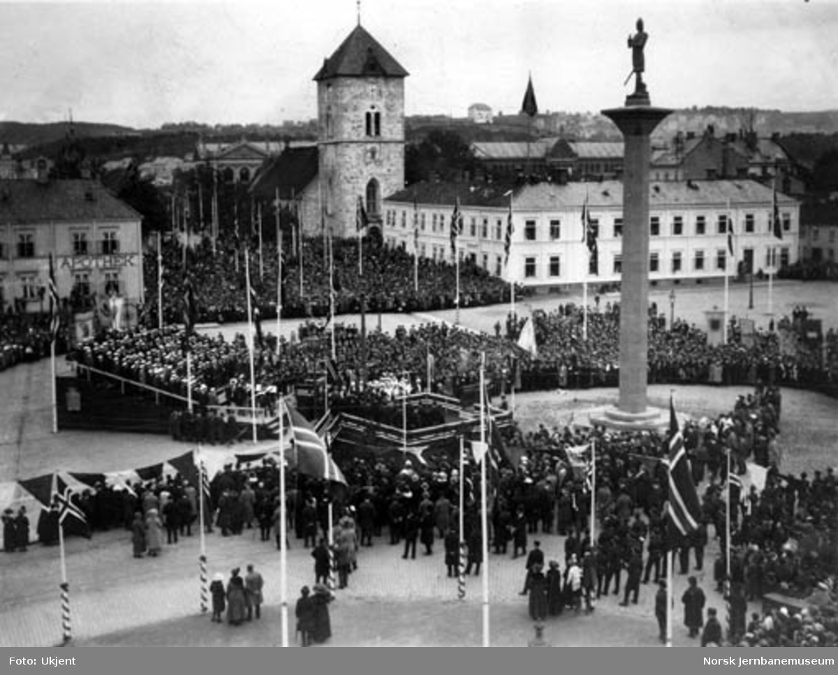 Avduking av Olav Tryggvason-statuen i Trondheim ved Dovrebanens åpning