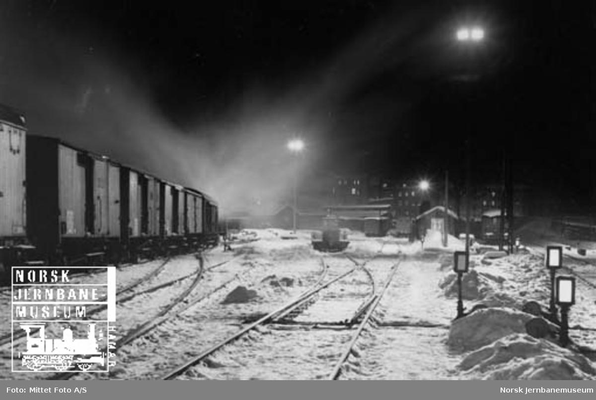 Fra tomtene på Oslo Ø med godsvogner og Robel-traktor; vinter