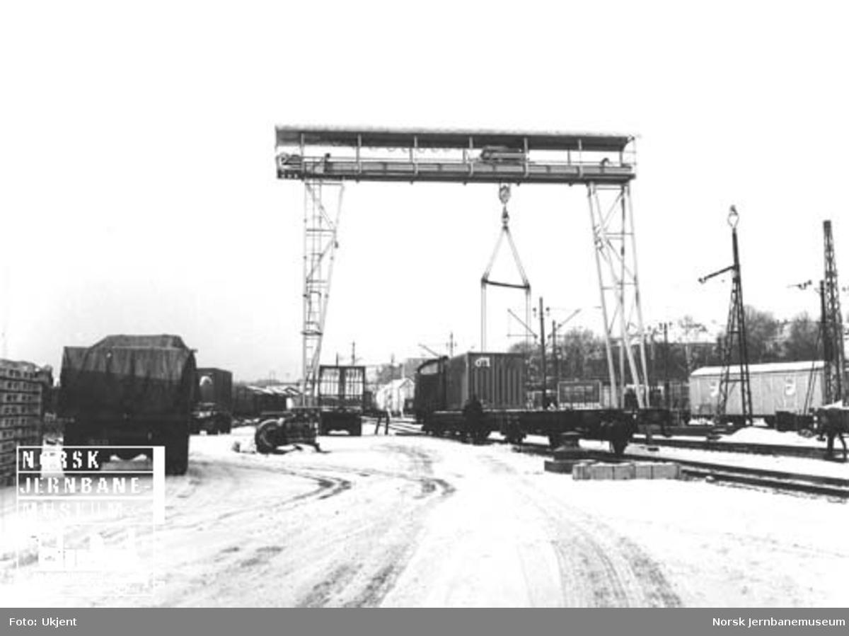 Skiftelokomotiv Di 2 med containervogner under kranen på Filipstad