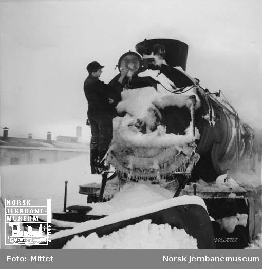 Damplokomotiv type 39a under opphold på Finse stasjon