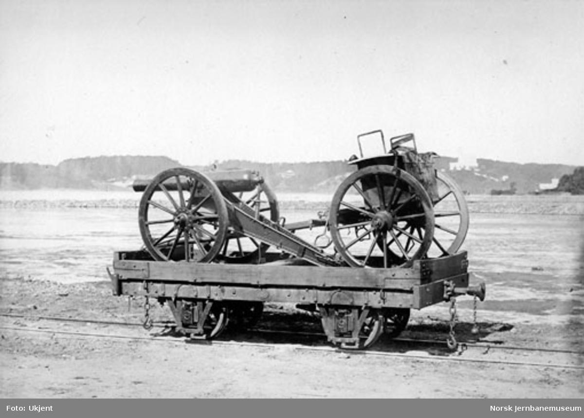 Militært materiell lastet på Randsfjordbanens godsvogn litra K nr. 707