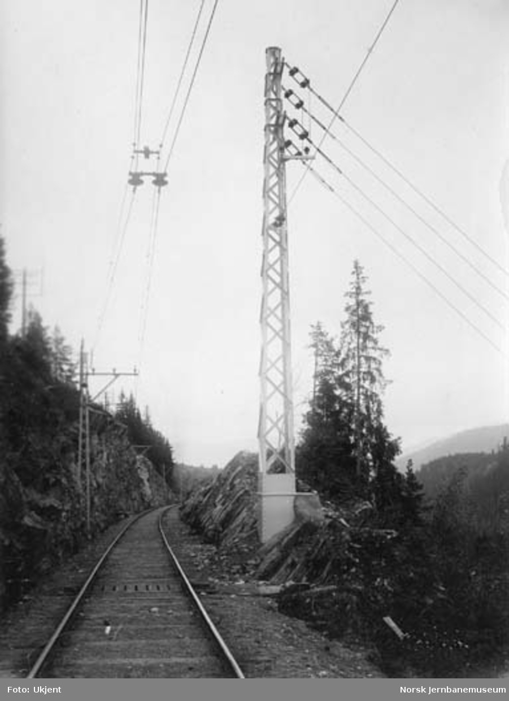 Tinnosbanens elektrifisering : øvre forankringsmast for mateledningen