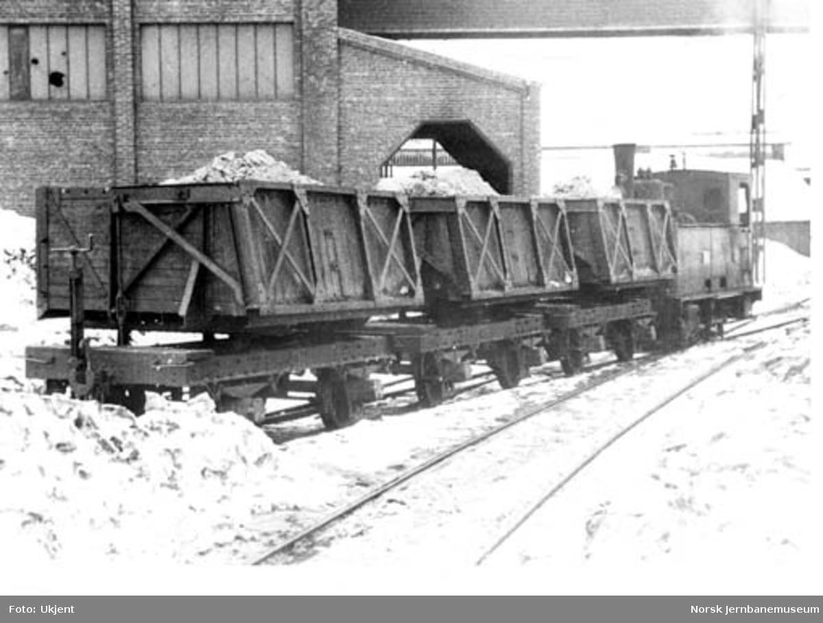"""Sulitjelmabanens lokomotiv """"ODIN"""" med gruvevogner"""