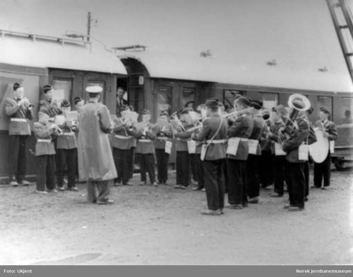 Jubileumstoget besøker Namsos ved jernbanens 100 års-jubileum : Namsos skoles guttemusikk