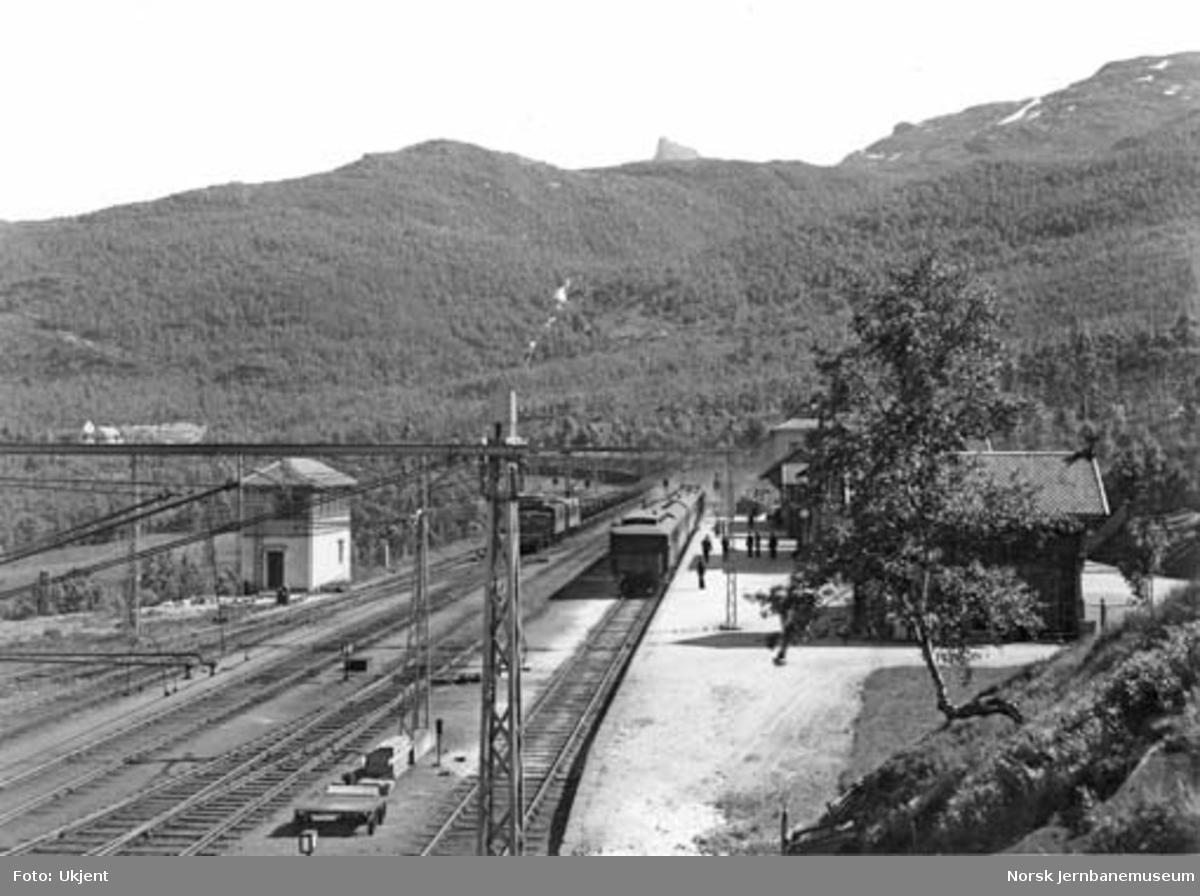 Narvik stasjon med Stockholms-toget i spor 1 og malmtog i spor 3