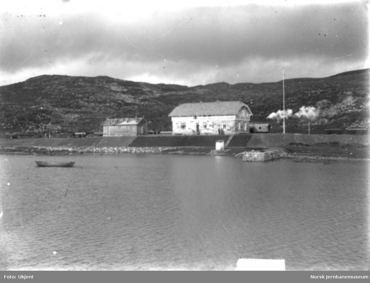 Haugastøl stasjon sett fra vannet